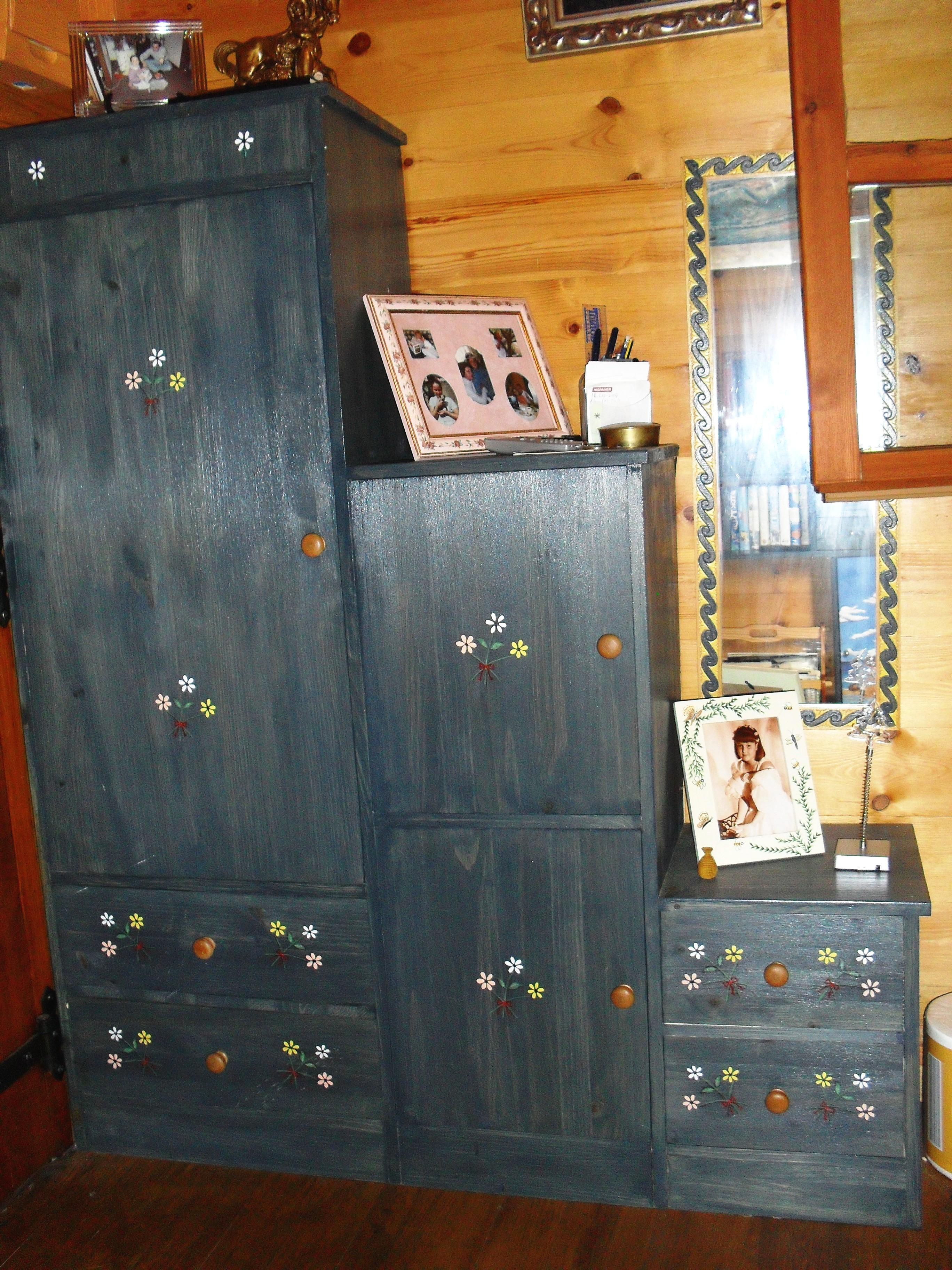 Varios muebles realizados en madera de pino, pintados en azul